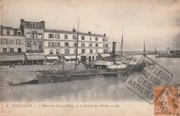 14 Honfleur. L'Hotel Du Cheval Blanc Et Le Bateau Du Havre - Honfleur