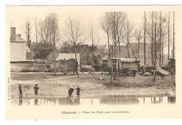 CPA - 18 CHAROST Place Du Pont Avec Mennetouts ( Bohémiens, Tziganes ): Cours D'eau Enfants Roulottes Cheval Maisons - Sonstige Gemeinden