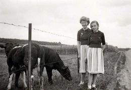 Photo Originale Deux Peaux De Vaches Mère & Fille Vêtues De La Même Façon Rendant Visite Aux Cousines Vers 1940 - Personnes Anonymes