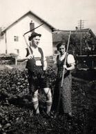 Photo Originale Couple De Jardiniers Tyroliens, Homme à La Faux & Femme Au Râteau De Bois Vers 1930/40 - Métiers