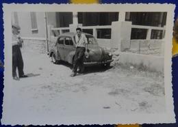 4 CV RENAULT- PHOTOGRAPHIE PRISE À CARNON-PLAGE EN JUILLET 1956 - Coches