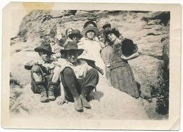 Vintage Snapshot Of Interesting Group Posing, Men, Women, Children, Many Hats, ± 1930 - Anonymous Persons