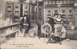 AUTOUR DES LITS BRETONNES LE BAISER D'AMOUR - Cartes Postales