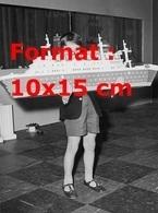 Reproduction D'une Photographie Ancienne D'un Jeune Garçon Portant Un Paquebot Fait En Légo En 1962 - Riproduzioni