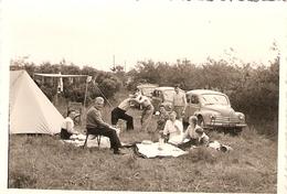 Photographie Ancienne D'automobile, 4 CV Renault Du Nord De 1955, Camping En Famille, Photo D'époque - Automobiles
