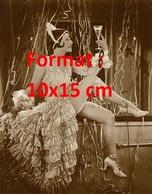 Reproduction D'une Photographie Ancienne De Lilian Harvey Vêtue D'une Belle Robe, Tenant Une Flûte De Champagne En 1926 - Reproductions