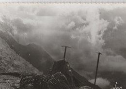 CHAMONIX (76). Téléphérique De L'Aiguille Du Midi. Au 1er Plan Glacier Des Bossons, Avec Sacs Et Pioletsl Edition Yvon - Sports D'hiver