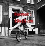 Reproduction D'une Photographie Ancienne D'une Femme Sur Une Bicyclette Les Jambes écartées Avec Bottes Blanches En 1969 - Reproductions