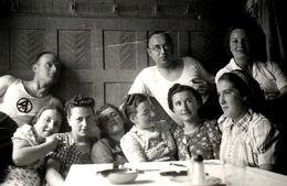 Etrange Photo Originale De 6 Jeunes Femmes à Table Encadrées Par Des Hommes & Femme Des Jeunesses Hitlériennes - Guerre, Militaire