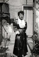 Photo Originale Portrait De Lucienne Lafon à La Robe De Chambre De Satin Au Jardin De Bon Matin En 1955 - Pin-up