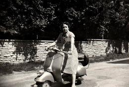 Photo Originale Motocyclisme & Vintage Italian Scooter Vespa 125 - Piaggio Vespa 125 Faro Basso 1950 & Sa Pin-Up - Cyclisme