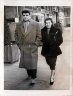 Photo Originale Marcheur & Marcheuse De Rue - Lucienne & René Lafon Ou Cademel En 1954  à Gemenos ( 13420 ) - Personnes Identifiées
