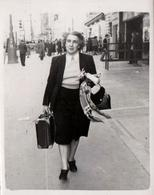 Photo Originale Marcheur & Marcheuse De Rue - Madame Lafon Vers 1950 Sur Marseille - Personnes Identifiées