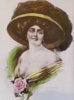Cpa FEMME GRAND CHAPEAU , Robe Décolletée , Rose 1911 ; Illustrateur CECIL W QUINNELL, Pretty WOMAN LARGE HAT A/s - Femmes