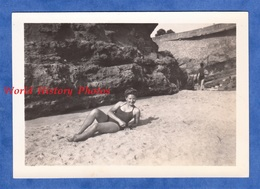 Photo Ancienne Snapshot - BIARRITZ - Portrait Jeune Femme En Maillot De Bain - 1947 - Fille Pose Mode Semi Nude Sexy - Pin-Ups