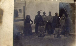 Vecchia Foto Con Gruppo Di Persone In Abiti D'epoca - Formato Piccolo Non Viaggiata – At1 - Photographs