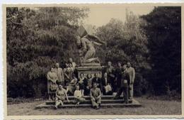 Vecchia Foto Con Gruppo Di Persone Con Monumento - Formato Piccolo Non Viaggiata – At1 - Foto