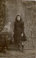 Photo Ancienne /carte Photo Jolie Fillette Debout , Tenant Le Cordon D'un Jouet (mouton Sur Roulettes) Photo Studio - Persone Anonimi
