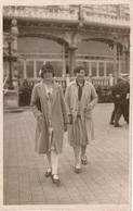 Photo Ancienne/carte-photo Deux Jeunes Femmes à OSTENDE (Belgique)en 1930 Devant L'ancien Casino-Kursaal ,prénoms Au Dos - Persone Identificate