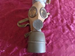 Ancien Masque à Gaz Militaire Réformé  Avec Son étui En Métal CP 1938 - Equipement