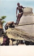 AFRIQUE. BANGUI. RARETÉ. JEUNE FEMME A SON GRENIER . ANNÉE 1958 - Centrafricaine (République)