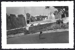France (06 A-M) Villefranche S/mer Les Fortifications,descente Sur Le Village,cycliste. Photo Véritable Année 1953 - Lugares