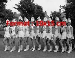 Reproduction D'une Photographie Ancienne Des Buxton Majorettes Posant En 1955 - Reproductions