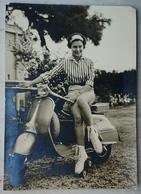 RAGAZZA IN PATTINI A ROTELLE SU UNA VESPA Piaggio Moto Ferrania  Nv - Motorfietsen