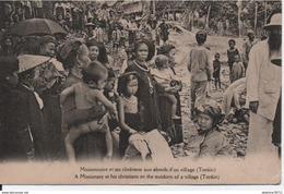 Missionnaire Et Ses Chrétiens Aux Abords D'un Village (Tonkin) - Vietnam