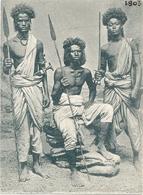 Trio De Jeunes Hommes Africains Avec Lance - Africa