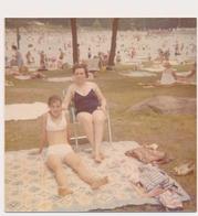 REAL PHOTO Ancienne -  Swimsuit Woman And Bikini Girl On Beach -  Fillette Et Femme  Sur La Plage - Vintage Original - Photos