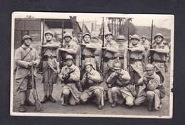 Carte Photo Militaria Guerre 14-18 Groupe Militaires 23è Regiment ( Infanterie ?) Attribut Service Sante Casque Adrian - Personnages