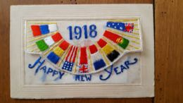 CARTE BRODEE  1918 HAPPY NEW YEAR AVEC CARTON INTEIREUR ET DRAPEAUX ALLIERS - Borduurwerk