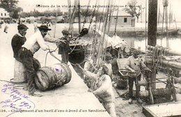 Bretagne : Chargement D'un Baril D'eau à Bord D'un Sardinier - Bretagne