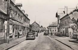 GIVERVILLE - LA GRANDE RUE - BELLE CARTE PHOTO DES ANNEES 60 - COMMERCES, VEHICULES AUTOMOBILES - 2 SCANNS - TOP !!! - Autres Communes