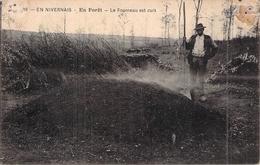 C P A 58 Nièvre En Nivernais Charbonnier En Forêt Le Fourneau Est Cuit - Francia