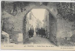 46 MARTEL . Vieille Porte , Rue De Brive Animée , édit : Lib Baudel St-Ceré , Années 10 , état Extra - France