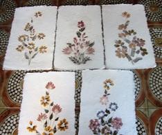 Vintage France Lot 5 Feuilles Bouquet De Fleurs Plantes Séchées Pressées Papier Chiffon Fabriqués Recyclés Chutes Tissus - Loisirs Créatifs