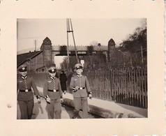 Foto 3 Deutsche Soldaten Mit Schirmkappen - Paraderock Ärmelaufschläge - 2. WK - 5,5*4cm (39904) - Krieg, Militär