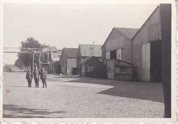 Foto Deutsche Soldaten Auf Fabriksgelände - 2. WK - 8*5,5cm (39906) - Krieg, Militär
