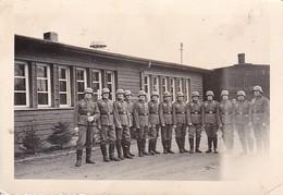 Foto Deutsche Soldaten Vor Baracke - Höxter - Pi. Batl. 57 - 1939  - 8,5*5,5cm (39909) - Guerra, Militari