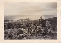 Foto Deutsche Soldaten Bei Rast Im Freien - Gewehrpyramide - 2. WK - 8,5*6cm (39919) - Krieg, Militär
