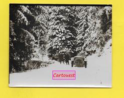 Deux Automobiles Dans La Neige ֎ Vieille Voiture à Déterminer - Peu Commune - Alpes - Automobiles