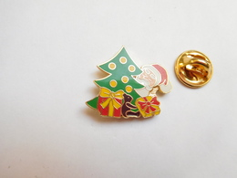 Superbe Pin's En EGF , Pére Noël , Sapin , Signé Arcane - Noël