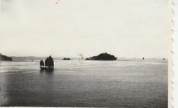 Singapour : Deux Jonques Dans La Baie - 1947 - Prise Du Bateau - Ile De France ( Format 8,5cm X 5,7cm ) - Places