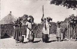 4 CPSM AFRIQUE NOIRE Pileuses De Mil La Toilette De Bébé Jeune Porteuse STLOUIS SENEGAL Pécheurs Voiliers - Sénégal