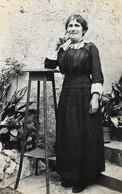 CPA Photo Portrait D'une FEMME LADY FRAU Avec Sa Toilette D'autrefois Robe Longue Col Dentelle Et Collier Sautoir - Cartes Postales