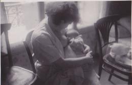Photo Anonyme Vintage Snapshot Femme Maternité Mère Sein Bébé - Anonieme Personen