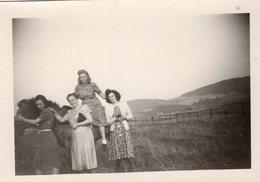 Vintage Girls Pose For Photo - Pin-Ups