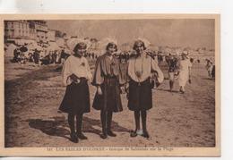 CPA.Folklore.Les Sables D'Olonne.Groupe De Sablaises Sur La Plage.animé Trois Femmes En Costumes Sur La Plage - Costumes